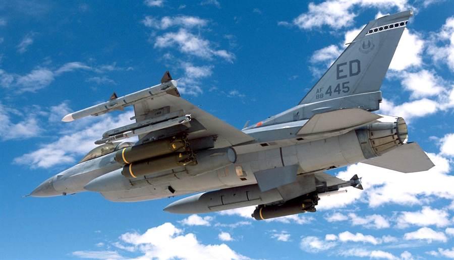 美國空軍F-16戰機掛載AIM-9X紅外線導引飛彈進行試射。(圖/美國空軍)