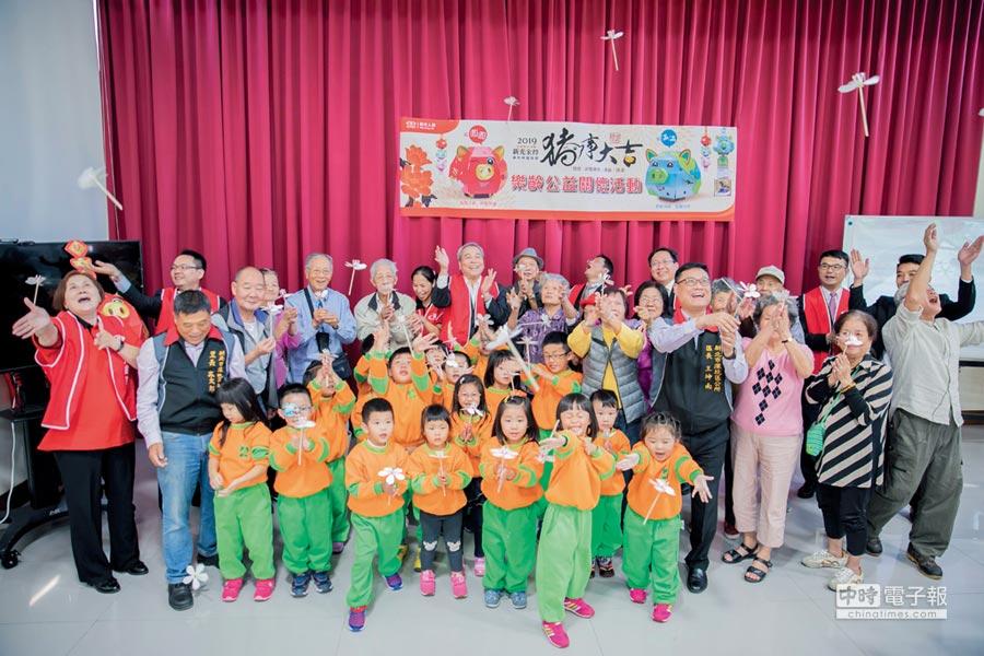 新光「樂齡公益關懷活動」邀請學童陪伴長者,DIY豬事大吉提燈及桐花飛竹蜻蜓,度過歡樂時光。圖/郭亞欣