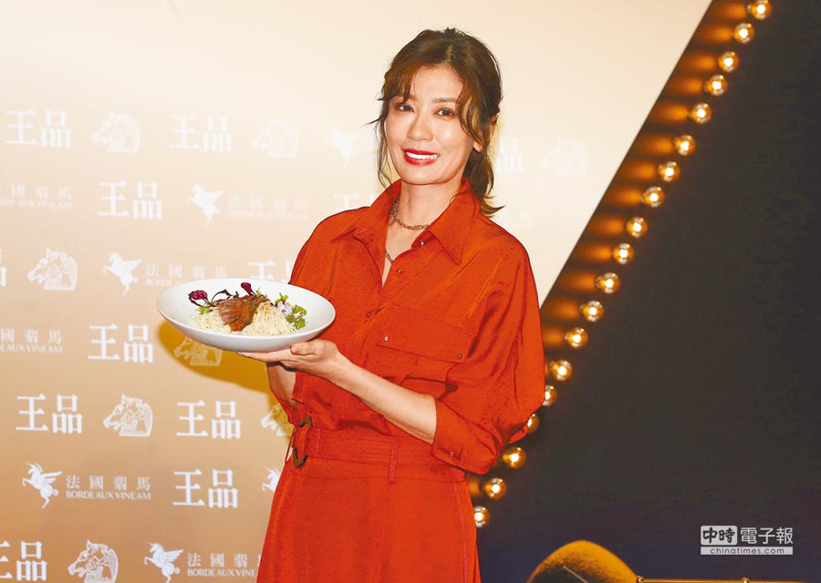 賈靜雯以活動大使身分出席金馬開幕晚宴記者會,並現場料理創意麻花麵。(粘耿豪攝)