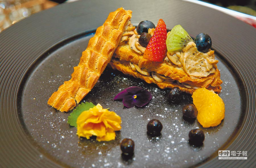 以食用花點綴的「紅玉珍奶泡芙」飄散濃濃台灣味。(粘耿豪攝)