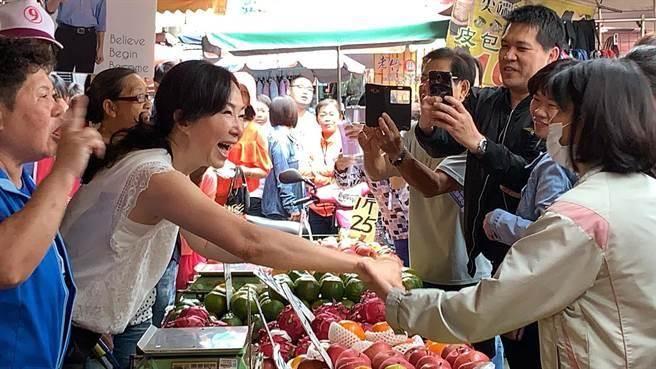 韓國瑜太太李佳芬(左二)前進小港市場,受到民眾熱情歡迎。(柯宗緯攝)