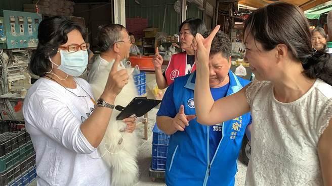 韓國瑜太太李佳芬(右)與民眾同時比出1號手勢,支持韓國瑜。(柯宗緯攝)