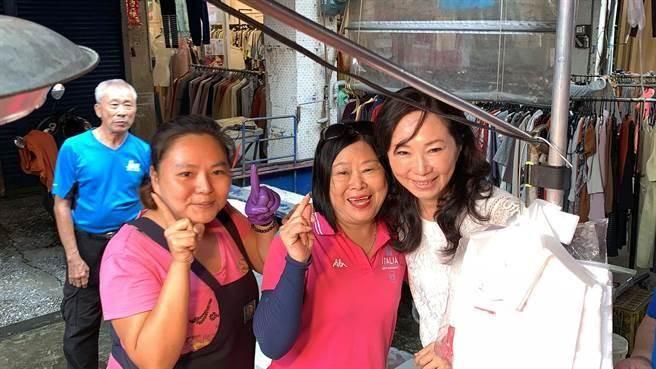 民眾搶著跟韓國瑜太太李佳芬(右)合影。(柯宗緯攝)
