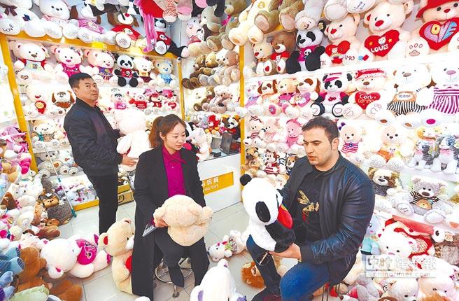 2月27日,阿富汗客商在義烏的中國小商品城挑選毛絨玩具。(新華社)
