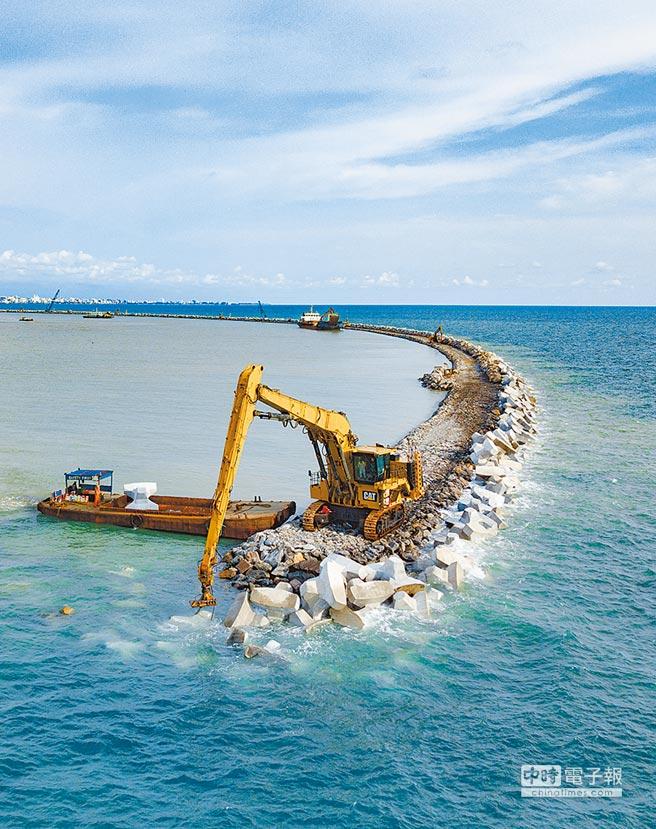 陸企跟著「一帶一路」倡議走出去。圖為一家陸企的工程車在斯里蘭卡可倫坡港口城防波堤上工作。(新華社資料照片)