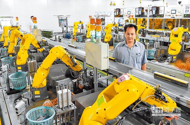 中美貿易戰來攪局,台商普遍反映不利營收。圖為東莞一家「無人工廠」的打磨機器手正在作業。(新華社)