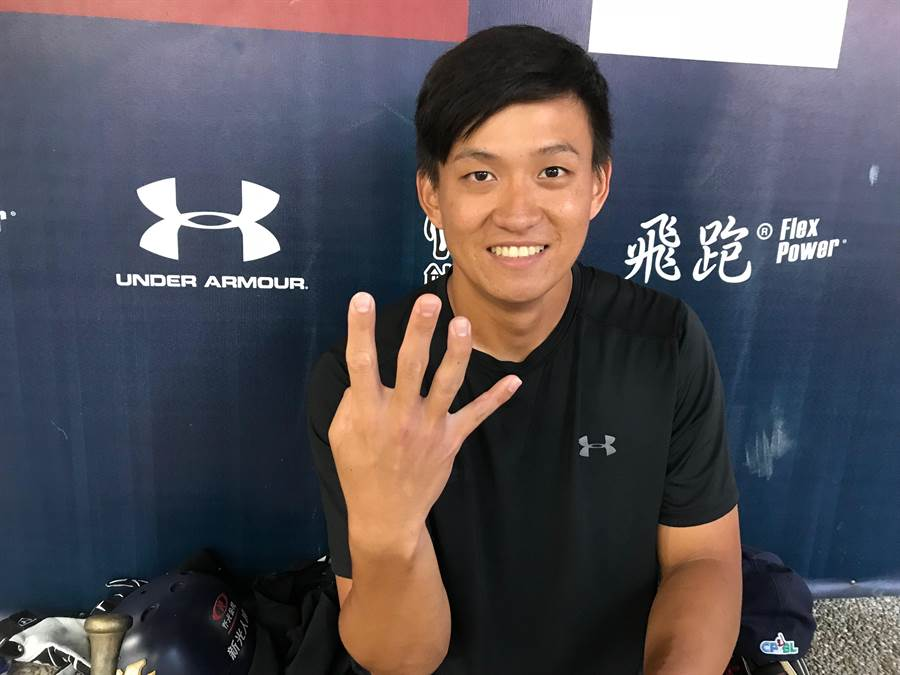 Lamigo桃猿張閔勛的右手無名指被觸身球砸到變形。(鍾亞芳攝)