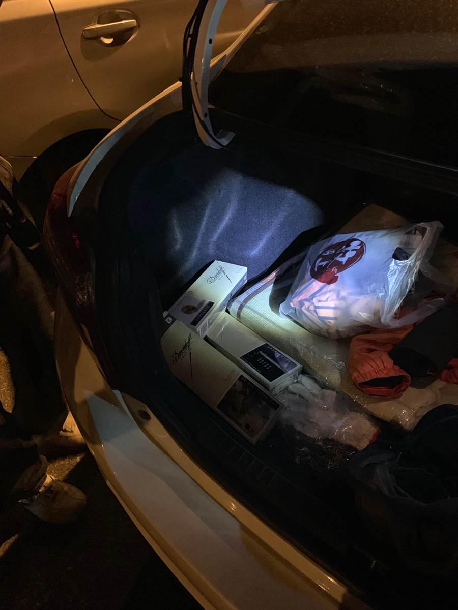 警方在劉男座車發現部分贓物。(陳慶居翻攝)