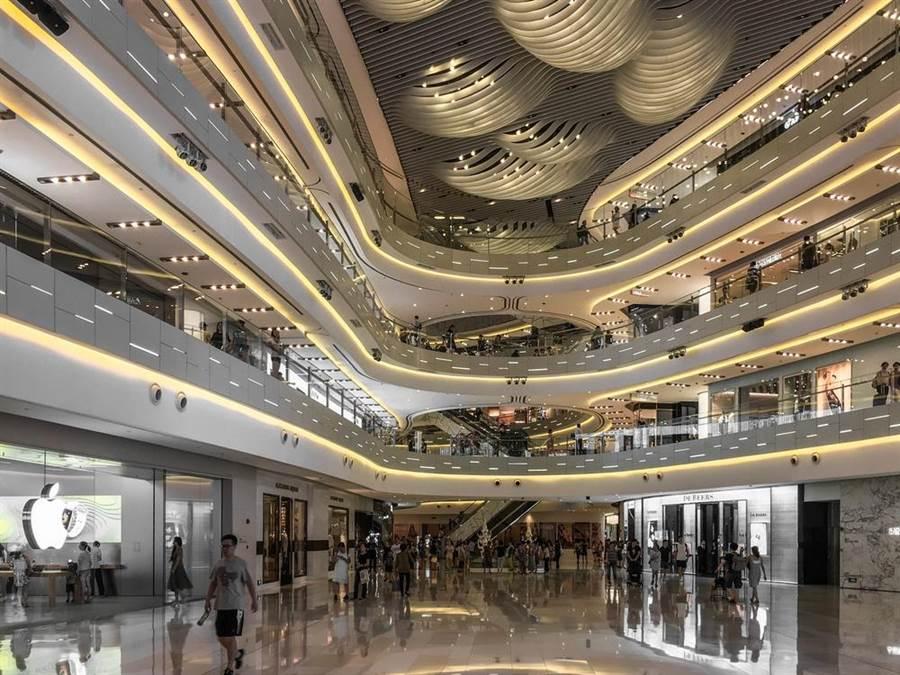 美中貿易戰很可能導致中國大陸內需轉弱,影響其他亞洲國家出口,圖為上海一購物中心。(達志影像/Shutterstock)