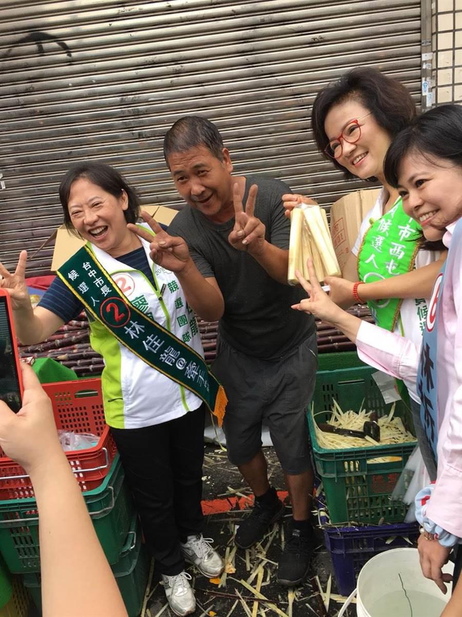 台中市長林佳龍夫人廖婉如(左)10日為台中市議員候選人黃淑芬(右二)到西屯市場拉票,民眾爭相合照。(盧金足攝)