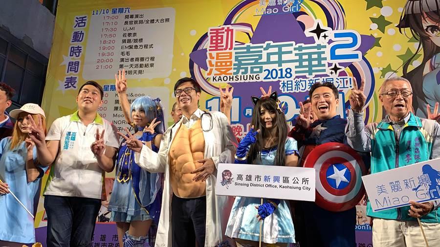 陳其邁(中)巧穿醫師裝大秀肌肉,台上偷渡2號比Ya。(柯宗緯攝)