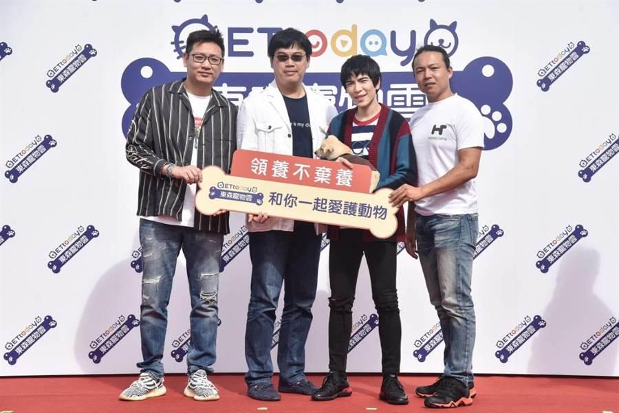 左起浪live代表、ETtoday新聞雲總經理陳安祥、蕭敬騰、「毛小孩活菩薩」林孟勳。圖:業者提供