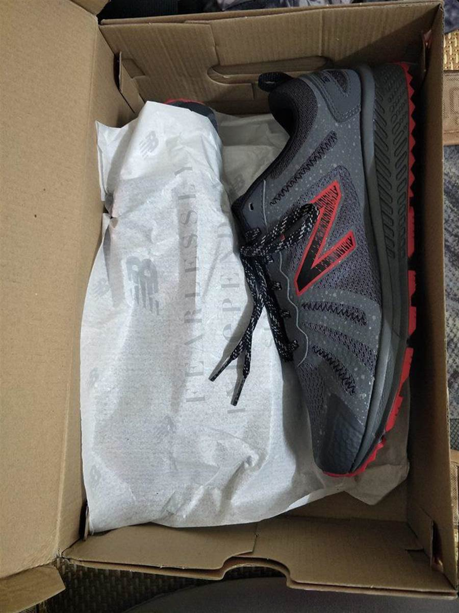 終於說服爸爸買下2000元的新鞋 一路上爸爸開心像個小孩(圖/翻攝自《爆怨公社》)