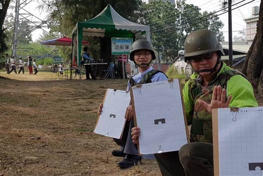 新化高中校長鄭曜忠(左)與家長會長鄭安興親自上場參加打靶練習。(李其樺翻攝)