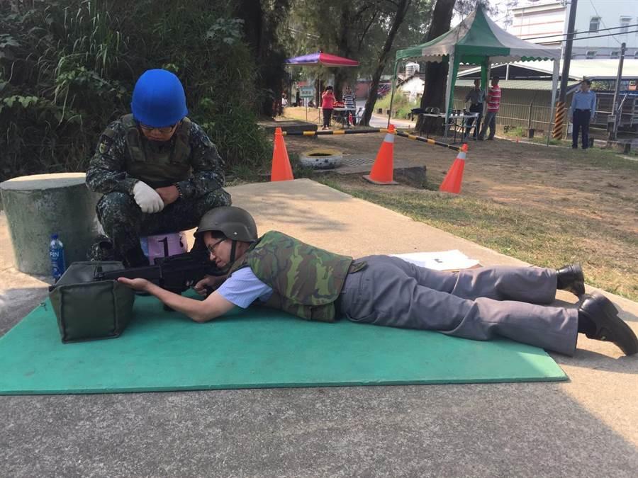 新化高中校長鄭曜忠(右)親自上場參加打靶練習。(李其樺翻攝)