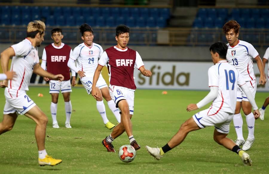 中華男足在台北田徑場訓練,備戰11日開踢的東亞錦標賽第2輪。(李弘斌攝)