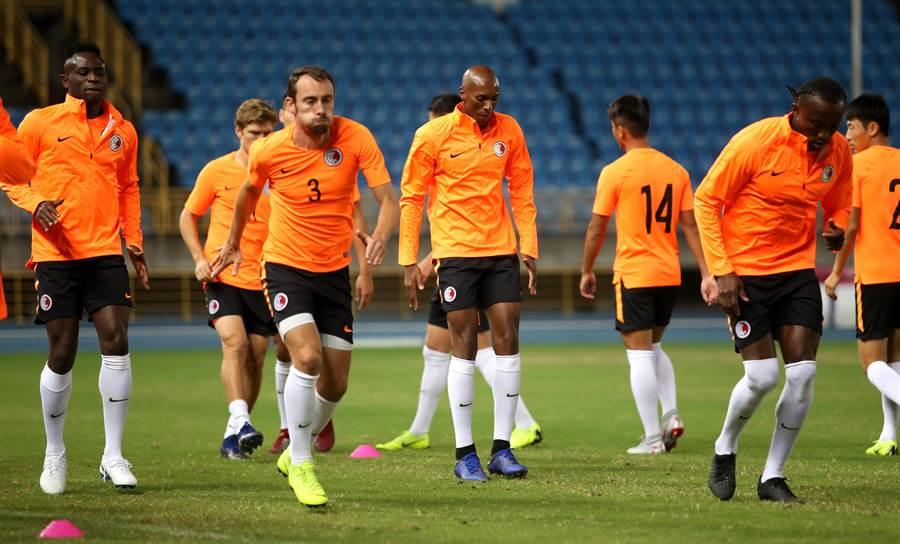 香港隊擁有7名歸化傭兵,訓練時又穿著橘色球衣,乍看還以為是荷蘭隊。(李弘斌攝)