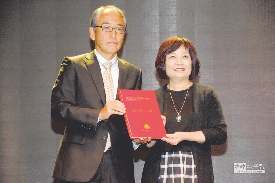 國發會主委陳美伶昨(9)日代表政府接受台北市日本工商會遞交「2018年白皮書」。圖/國發會提供