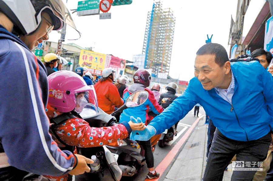國民黨新北市長候選人侯友宜9日發動「百街拜票」行動,向通勤族問候拜票。(葉書宏翻攝)