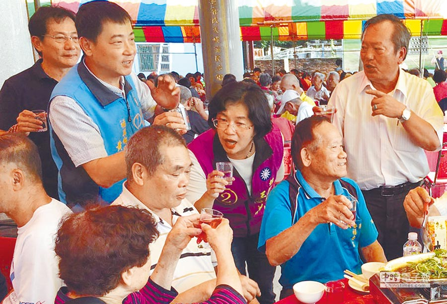 國民黨彰化縣長候選人王惠美參加福興同安老人會慶生活動,王惠美一一和與會者舉杯相敬。(吳敏菁攝)
