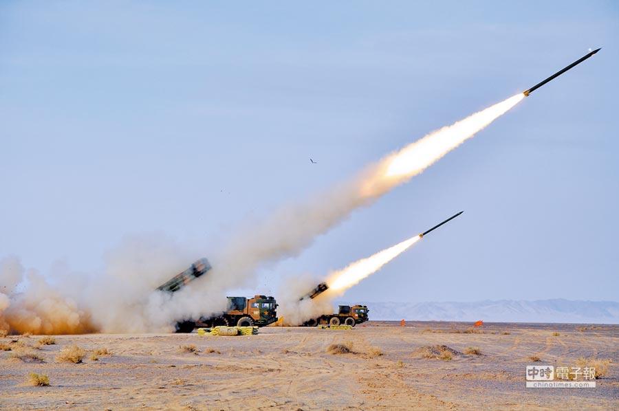 大陸表明維護主權不會放棄武統選項,圖為原濟南軍區某炮兵旅發射火箭彈情景。(新華社資料照片)
