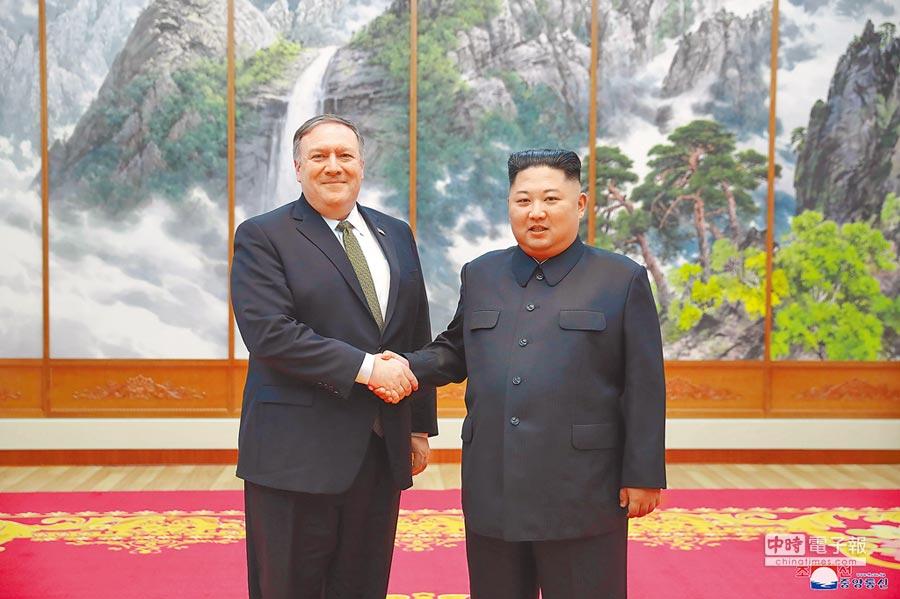 10月7日,北韓領導人金正恩(右)在平壤與美國國務卿蓬佩奧(左)會面。(新華社)