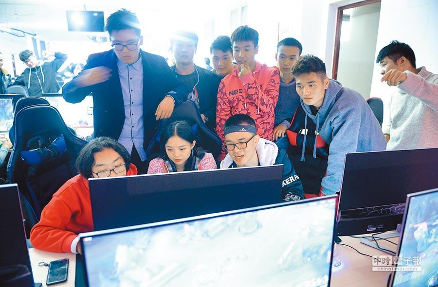 成都某一高校內,學生正在上電競實驗課。(CFP)