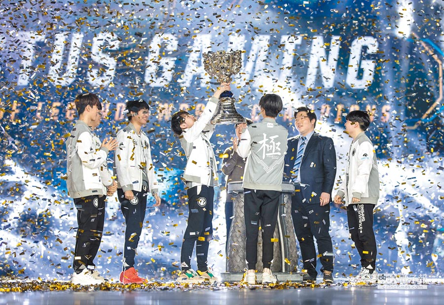 大陸電競團體IG在韓國仁川的2018英雄聯盟總決賽上得冠。(CFP)