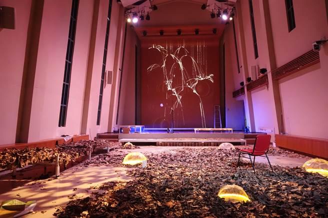 臺大藝文中心雅頌坊的「音樂會暨空間實驗展」則邀請藝術家張博智結合投影與聲音,營造森林中的水、光與霧,漫走在時間靜止的空間,聆聽樂音。(主辦單位提供)