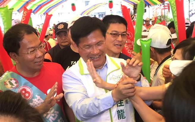 台中市長林佳龍11日在與市議員候選人謝志忠的聯合競選總部成立大會,大進場時支持者爭相握手。(盧金足攝)