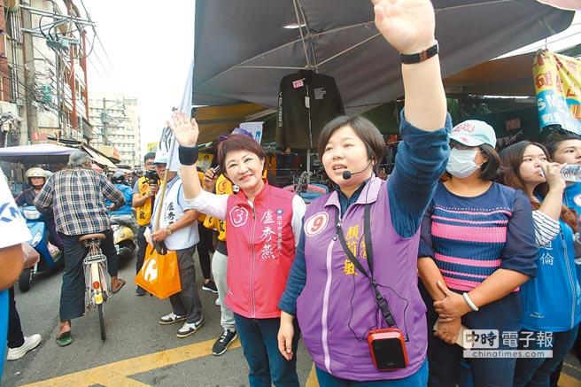 國民黨台中市長候選人盧秀燕(紅衣者)與市議員候選人顏莉敏(紫衣者)合體,到沙鹿市場掃街拜票。(林欣儀攝)