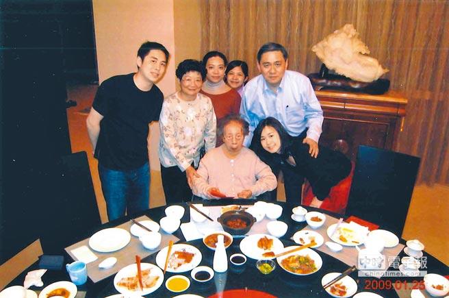 大媽王月蘭在世時,王文洋與家人只要有空,就會和大媽聚餐,享天倫之樂。(本報資料照片)