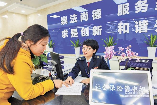 2017年1月10日,福州市鼓樓區地稅局工作人員為民眾辦理社會保險費申報。(新華社資料照片)