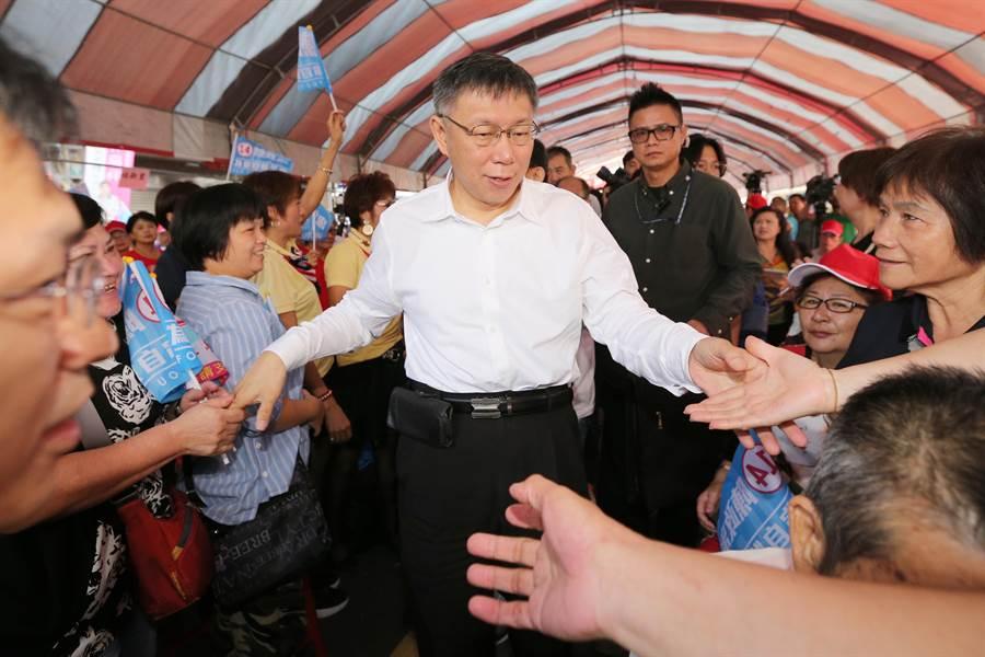 台北市長柯文哲(中)出席北市議員候選人陳政忠競選總部成立大會,進場時和走道兩旁的民眾握手致意。(黃世麒攝)
