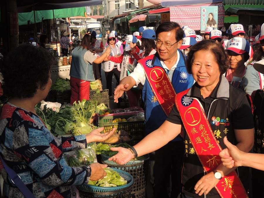 南投縣長林明溱夫婦在埔里菜市場逐一向攤商握手致意,並拜託支持順利連任。(楊樹煌攝)