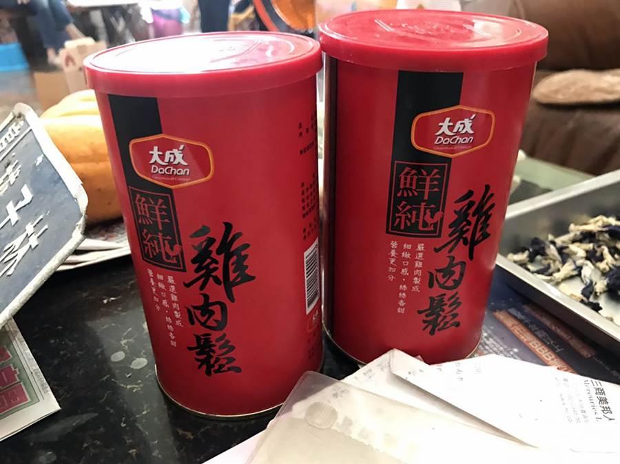 台南地檢署查獲許姓椿腳涉嫌用來賄選的雞肉鬆。(洪榮志翻攝)