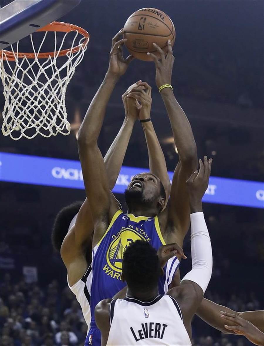就是跳得比你高!杜蘭特奮勇搶下籃板球。(美聯社)