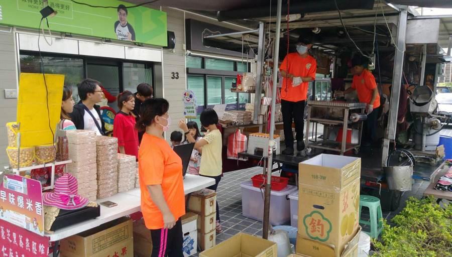 民進黨台南市長候選人黃偉哲的城市願景館,周末假期請來師傅現場製作「古早味爆米香」。(黃偉哲團隊提供)