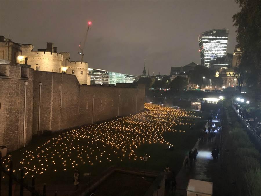 11月11日是第一次世界大戰結束百年紀念日,為了悼念在戰爭中逝去的亡魂,也感念他們的犧牲,倫敦塔從4日至11日,連續8晚在護城河點起上萬火炬,吸引大批民眾參觀。中央社記者戴雅真攝 107年11月11日