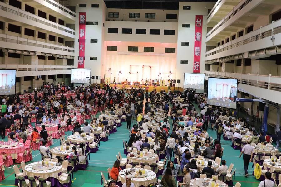 中華醫事科技大學創校50周年,10日晚上在體育館舉行校慶千人團圓餐會,席開130桌,場面壯觀熱鬧。(中華醫事科大提供)