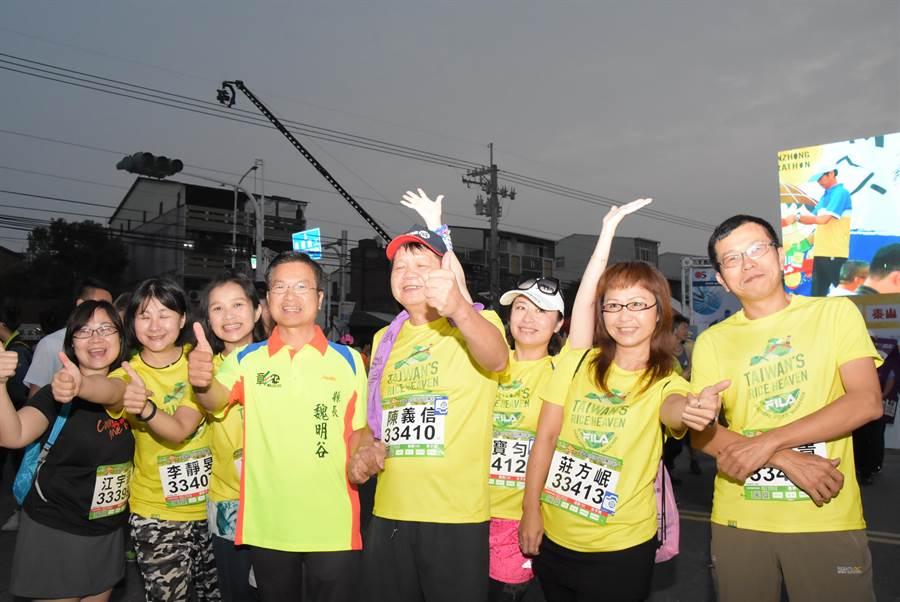 彰化縣長魏明谷(左4)天色未亮就抵達田中馬起跑會場,為支持者加油打氣。(謝瓊雲攝)