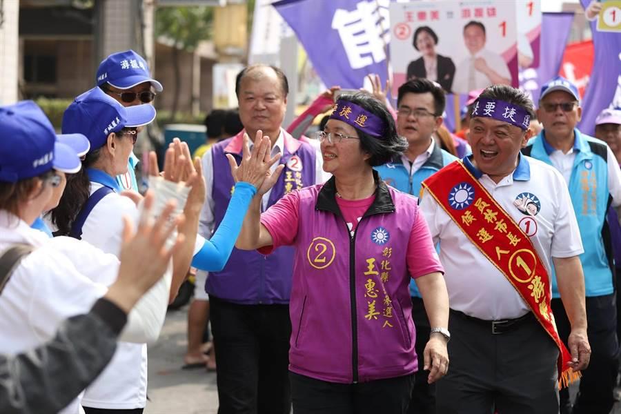 王惠美中午後抵達員林市,全程走完14公里,讓人佩服她的驚人意志力與好腳力。(謝瓊雲翻攝)
