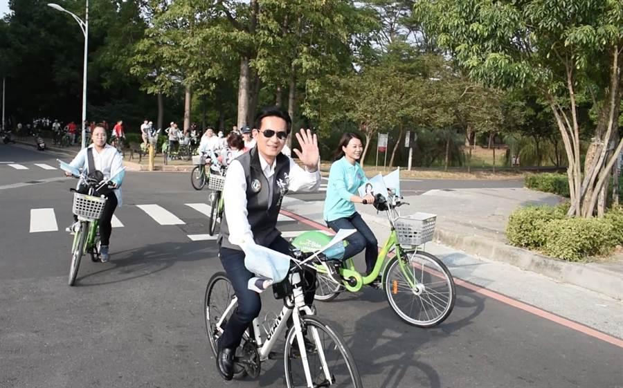東區議員候選人蔡筱薇(右)在立委林俊憲(中)陪同下騎單車逛公園,體現自己的休閒政見。(程炳璋攝)