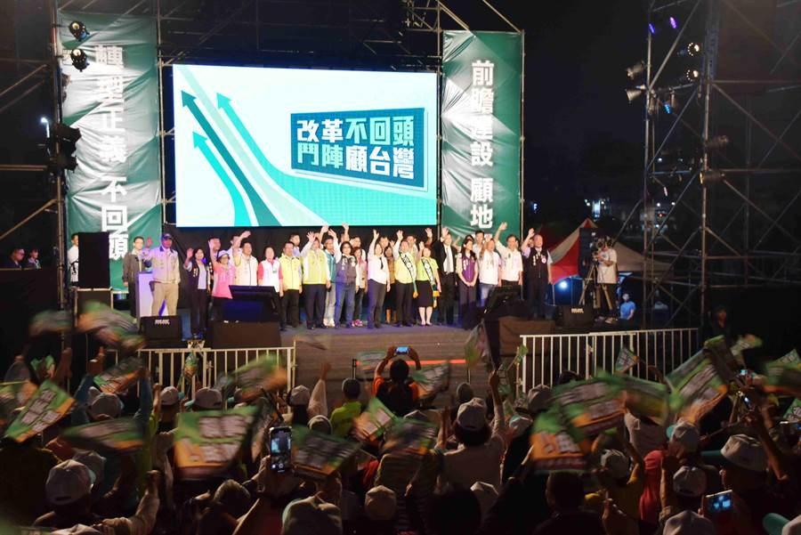 11日晚間在嘉義市立棒球場停車場舉行的造勢晚會超過5000人到場。(呂妍庭攝)