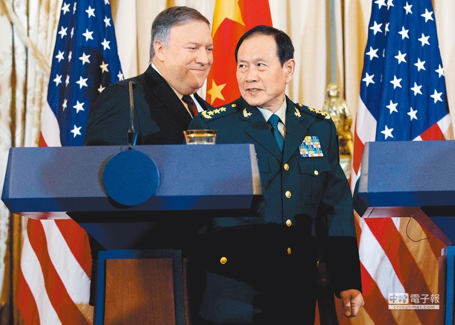 「陸美外交安全對話」9日在美國華府的國務院舉行,會後聯合記者會上,美國國務卿蓬佩奧(左)與大陸國務委員兼國防部長魏鳳和(右)交頭接耳。(美聯社)