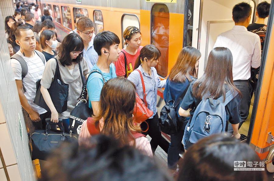 九合一選舉在即,台鐵被爆加開班車較往年減少,有網友質疑意圖讓「北漂族」無法返鄉投票,台鐵否認。(本報資料照片)