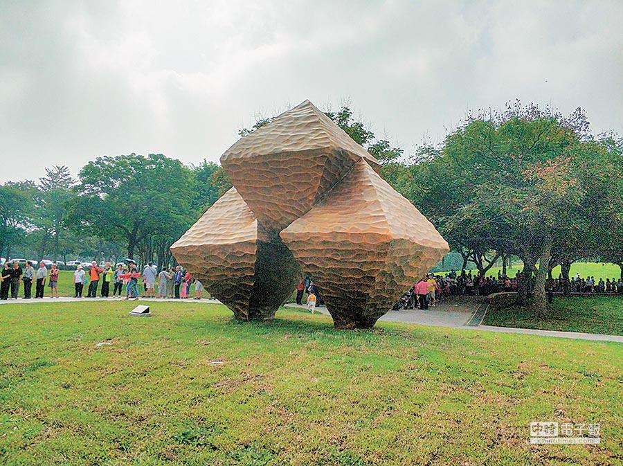 大溪埔頂公園公共藝術品「晶」,與另個作品「風調雨順」要價2700萬元,陳學聖批評有政治黑手介入。(賴佑維攝)
