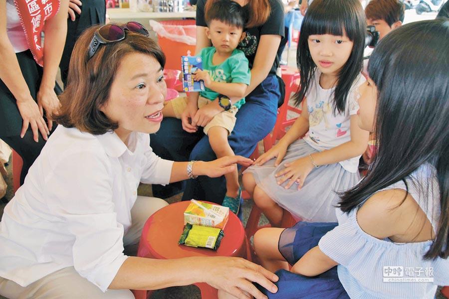 國民黨嘉義市長候選人黃敏惠(左)10日出席第7屆「嘉義心,鐵線情」捐血活動,與在場民眾寒暄致意。(呂妍庭攝)