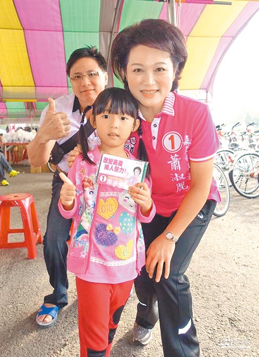無黨籍嘉義市長候選人蕭淑麗(右)10日出席第7屆「嘉義心,鐵線情」捐血活動,與孩童熱情互動。(呂妍庭翻攝)