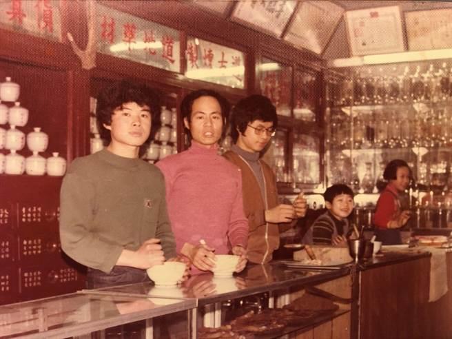 蔡鐘福(右三)年輕時到中藥房當學徒,與當時還不是太太(右一)的老闆千金,後來結為連理。圖蔡鐘福提供。